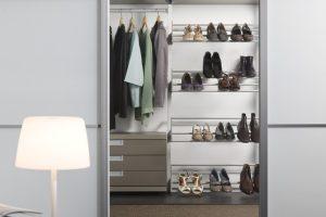 inloopkast met schoenenplanken