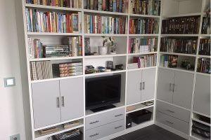 hoek boekenkast met tv