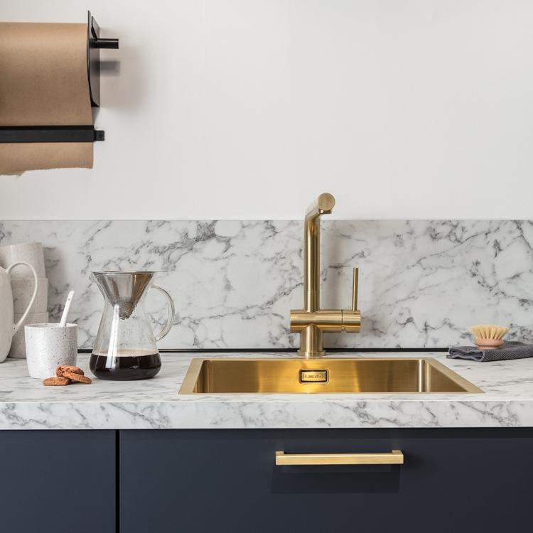 keuken zwart met wit marmer blad